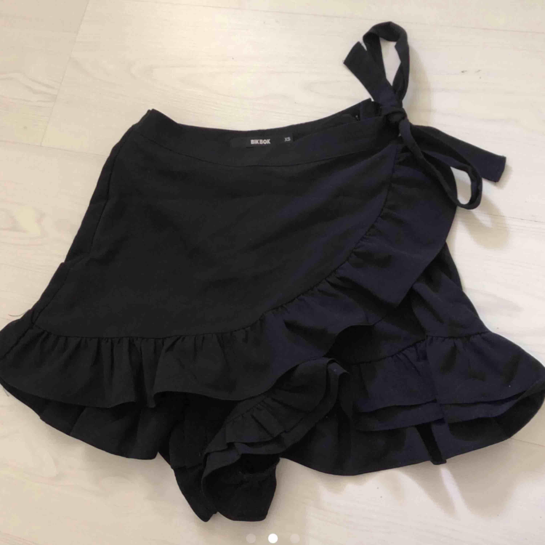 Jätte fin och söt kjol med knytningar från bikbok, bara använd 1 gång. Storlek S, Nypris 199kr ✨ (Lånad bild ☺️). Kjolar.