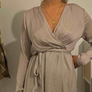 Fin klänning i champagne färg från bikbok i storlek M
