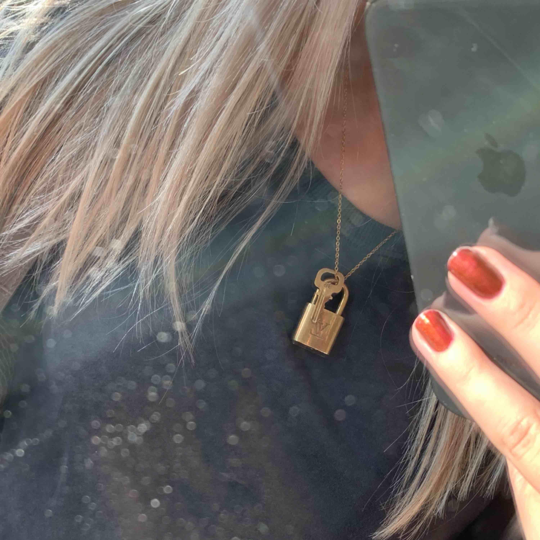 INTRESSEKOLL!! Louis Vuitton lås med nyckel. Fint skick, går att ha som halsband så som jag använder det eller att låsa väskan med :) Det är äkta men har tyvärr ingen äkthetsbevis . Accessoarer.