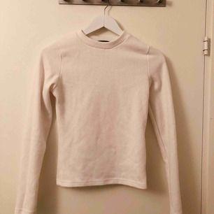 vit ribbad långärmad tröja ifrån Bikbok 🌸 köparen står för frakten!