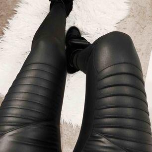 Skinn byxor från Only. Jättesnygga men har tyvärr bara kommit till användning 1 gång. Storlek XS och 30 i längd, passar mig som är 163 cm lång. Frakt tillkommer. 💕💕