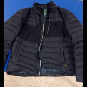 säljer min pojkväns hugo boss jacka i storlek M, han är 182cm lång. jackan är köpt för 1 år sen för 4500kr