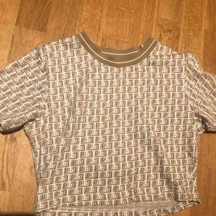 Beige mönstrad t shirt från pull and bear. Använd ca 2 ggr. Möts upp i Stockholm.