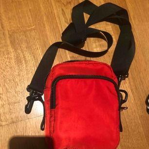Röd väska från monki. Fint skick. Möts upp i stockholm. Justerbart band