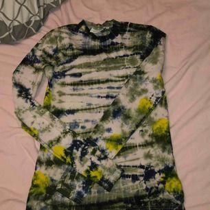 Tröja från weekday, använd några gånger. Det vita på tröjan har blivit lite rosa/grått (se bild). Strl S, 116kr inkl frakt.