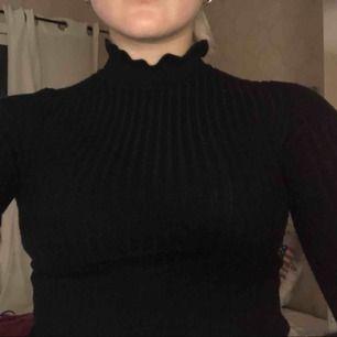 Super fin tröja frän ginatricot, litet hål i armålan som går att sy ihop. Nästan aldrig använd. Super fint skick❤️