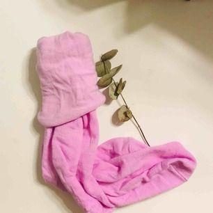 Säljer dessa rosa gulliga strumpor från Madlady! Vet inte storleken men är väl One Size typ! Aldrig använda och strumporna är ganska höga!