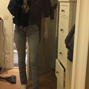 Ett par lågmidjade levi's jeans som jag tyvärr inte använder längre.