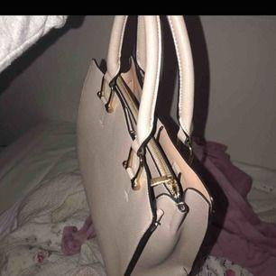 Super söt och fin väska från hm. Använd men bra skick❤️