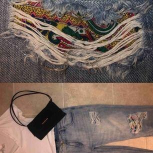 Svincoola boyfriend jeans som jag har köpt i Sydafrika! Tyvärr lite för små för mig. Storleken säger 38, men sitter snare som 36 eller stor 34. Ett riktigt fynd! Hoppas någon kan göra dem rättvisa.  Köparen står för frakt. Pris kan diskuteras!