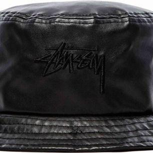 Sjukt snygg buckethat från Stussy i fake läder. Endast använd 2ggr.