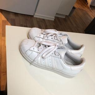Vita sneakers från Adidas i stl 37 ( 1/3 ), i väldigt fint skick🌸