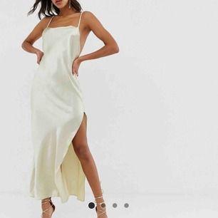 SÖKER denna klänning i satin från ASOS DESIGN eller liknande, helst strl 34 eller 36 Hör av er om ni har denna eller liknande✨