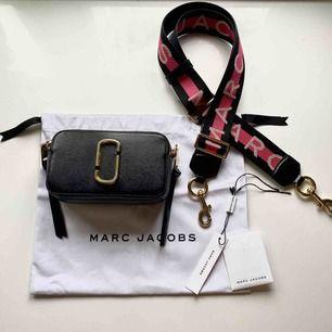 Säljer min kära Marc Jacobs snapshot bag. Några små märken på spänne och märke (se bilder) men i övrigt fint skick! Dustbag, pirslapp och äkthetsbevis medföljer. Köparen står för frakt, alternativt möts upp i Stockholm!