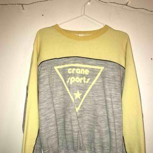 Supersnygg grå och gul sweatshirt  170kr inkl frakt:)