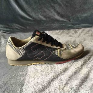Sneakers från Triple 5 Soul, stl.38.5, otroligt sköna och snygga men tyvärr lite lite för små för mig. Välanvända men hela, och med mycket kvar att ge.