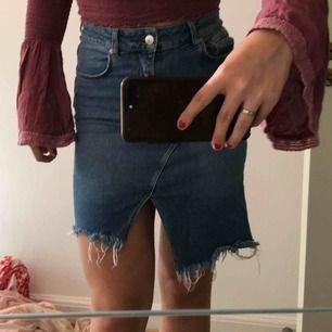 """Jättefin kjol från Gina! Den andra bilden visar """"originalfärgen"""" dvs relativt ljus färg. Den går högt i midjan⭐️⭐️"""