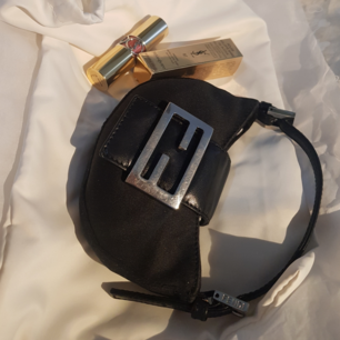 ÄKTA rare Fendi väska från Italien, inga defekter o nämna utan i underbar skick!  Tagit bilder på serienummer osv, bara o swipa <3
