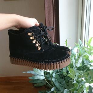 Knappt använda vinterskor med lite platå och gulddetaljer.  Jag brukar ha storlek 38 och dessa skor är lite förstora så skulle säga att storleken egentligen är 38.5!