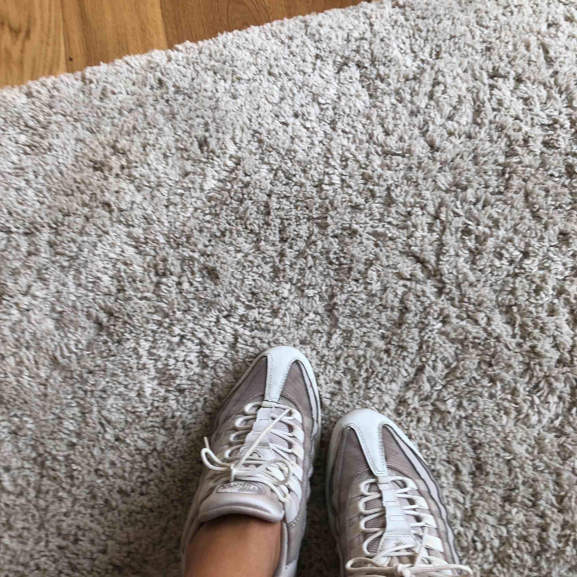 Nike air Max 95 storlek 38. Begagnat skick alltså använda. Säljs pga lite försmå. . Skor.
