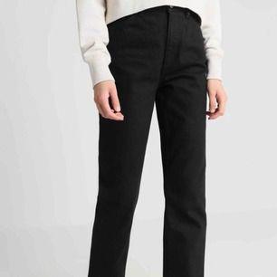 Straight svarta jeans från Monki, köptes för ca 5 månader sedan men är försmå så har inte kunnat använda alls mycket, därav så är jeansen så gott som nya! Nypris 400kr, frakt 70kr! Pris kan diskuteras :)