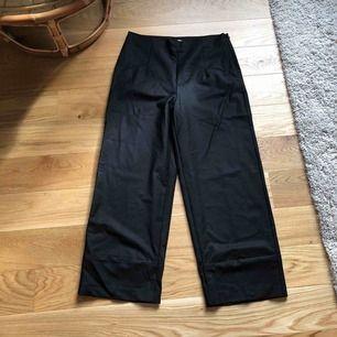 Svarta kostymbyxor från HM concious collection. Bilderna gör de inte rättvisa! Väldigt classy och snygga. Tyvärr för stora för mig.