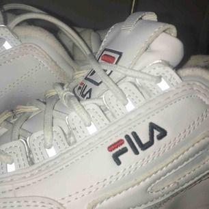 Fila skor använda väldigt mycket och är där av slitna därför säljer jag de så billigt:) köpta för 1200kr