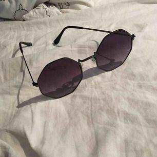 kantiga solglasögon med mörklila toning. aldrig använda. frakt 10kr