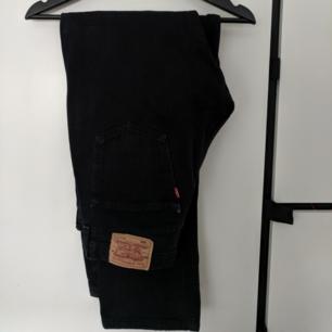 Svarta levis jeans i 33/32, väldigt bra skick! :))