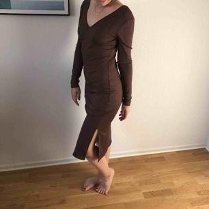 Fin mörkbrun klänning från Gina. Slits på sidan. Aldrig använd pga fel storlek. Lappen sitter kvar.