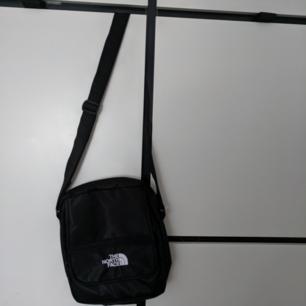 Svart northface väska, braa skick