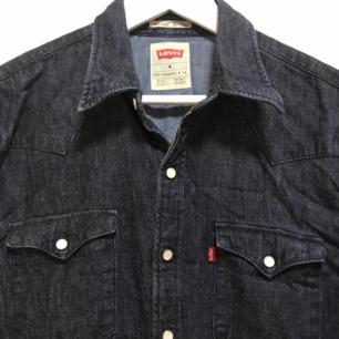 Levi's skjorta I jeans