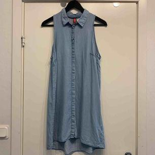 •ljusblå klänning •jeans-imitation •tunn och mjuk •mycket fint skick