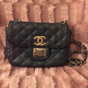 En liten supersöt Chanel väska med gulddetaljer! Rätt bra skick, repor på spännet men inget man ser från avstånd. Kopia