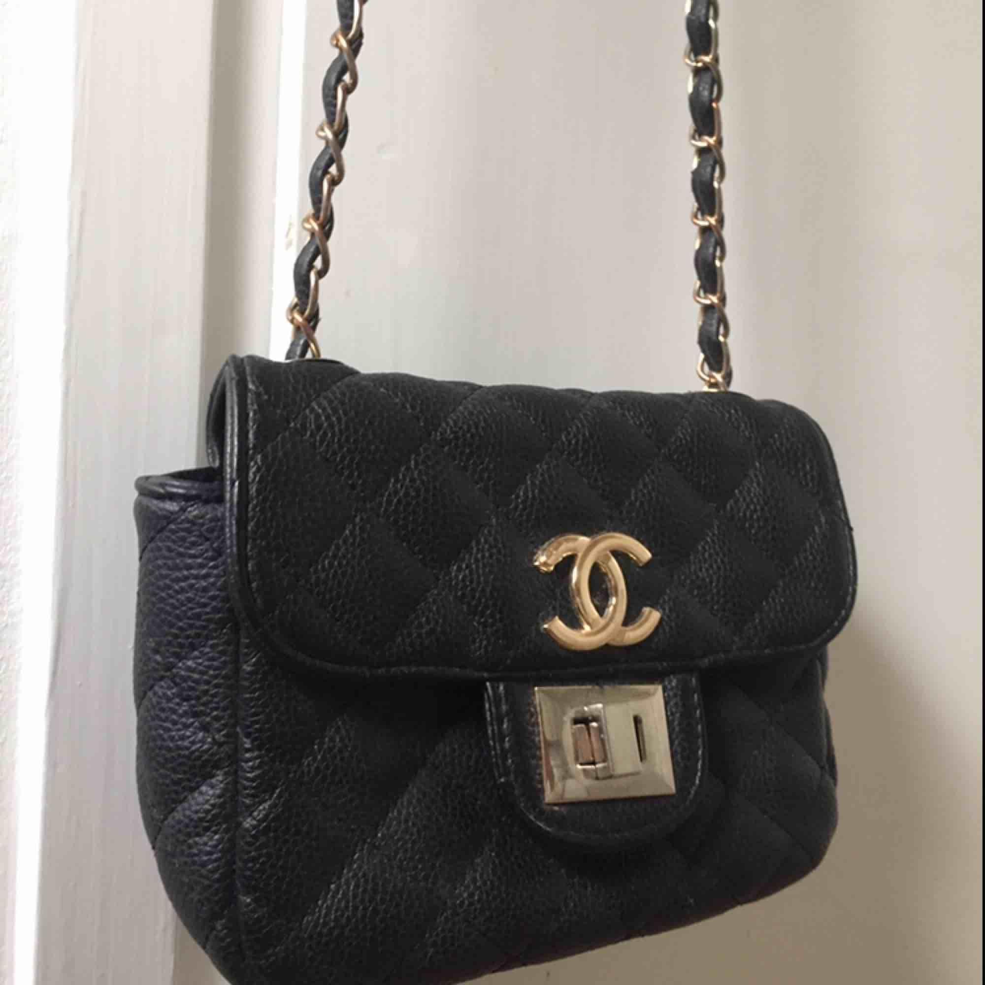 En liten supersöt Chanel väska med gulddetaljer! Rätt bra skick, repor på spännet men inget man ser från avstånd. Kopia . Accessoarer.