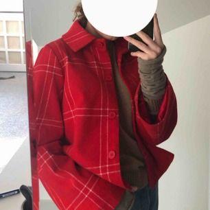 Riktigt snygg jacka från NA-KD i en så fin röd färg!🤩 storlek 36/S, storleken stämmer👍🏽