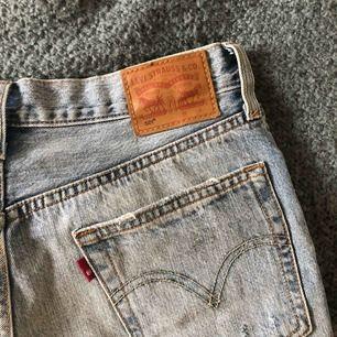 Slitna ljusa jeansshorts från Levis med modellen 501, storlek W27. Använda fåtal gånger