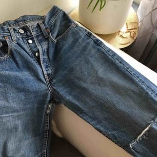 Ett par avklippta vintage Levis med hål i knäet! Markerade som W29, men passar mer än mindre, ex jag på bilden är w24 men behöver då bälte! Skulle säga en W27 kanske. Är 163 cm! Frakt tillkommer :)