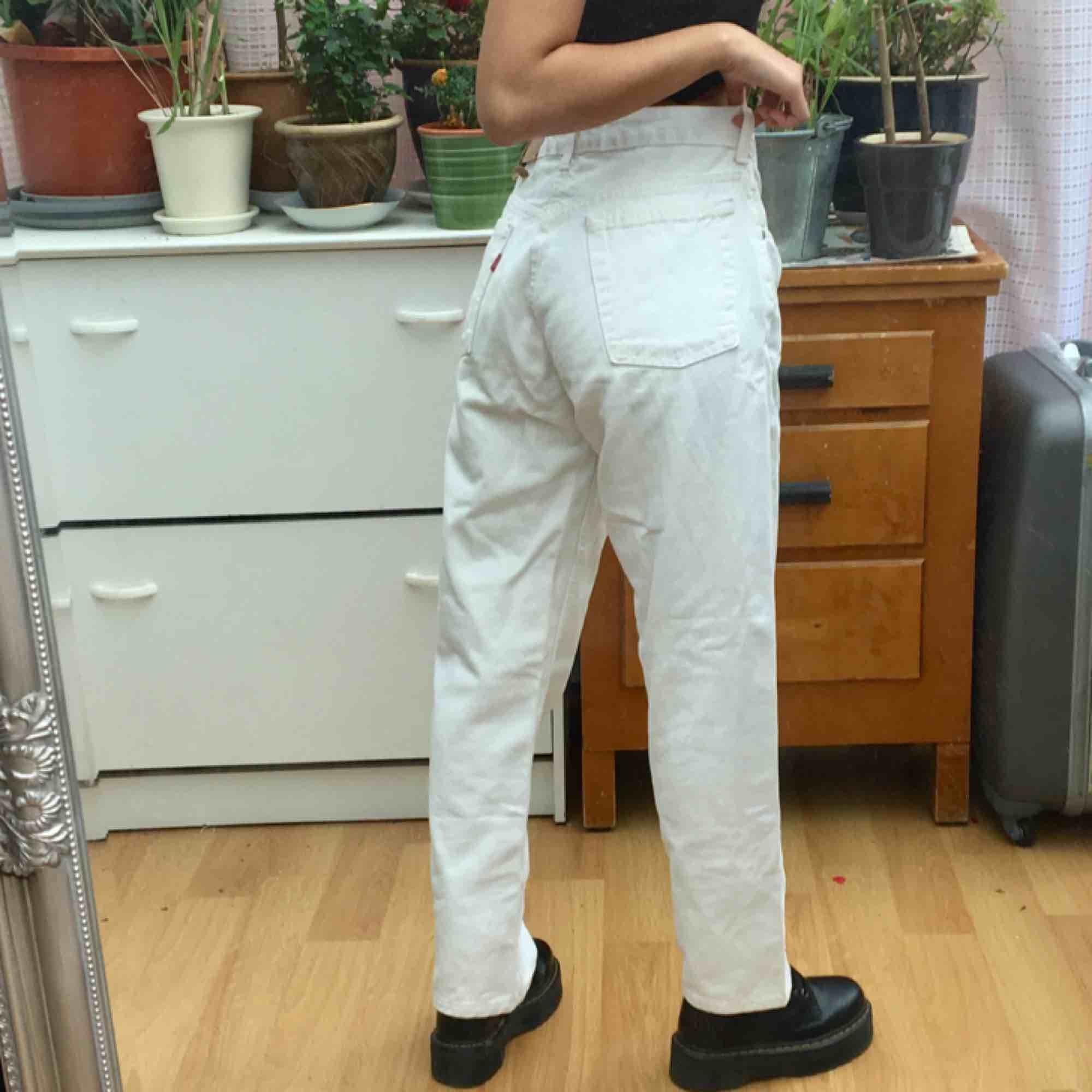 Ett par riktigt Vintage made Levi's i mom modell! Märkta W31, men skulle säga att de passar lite bättre på mindre. Jag är 163 cm, W24 och som ni ser så är de stora på mig haha! Behövs 'grov' tvättas! . Jeans & Byxor.