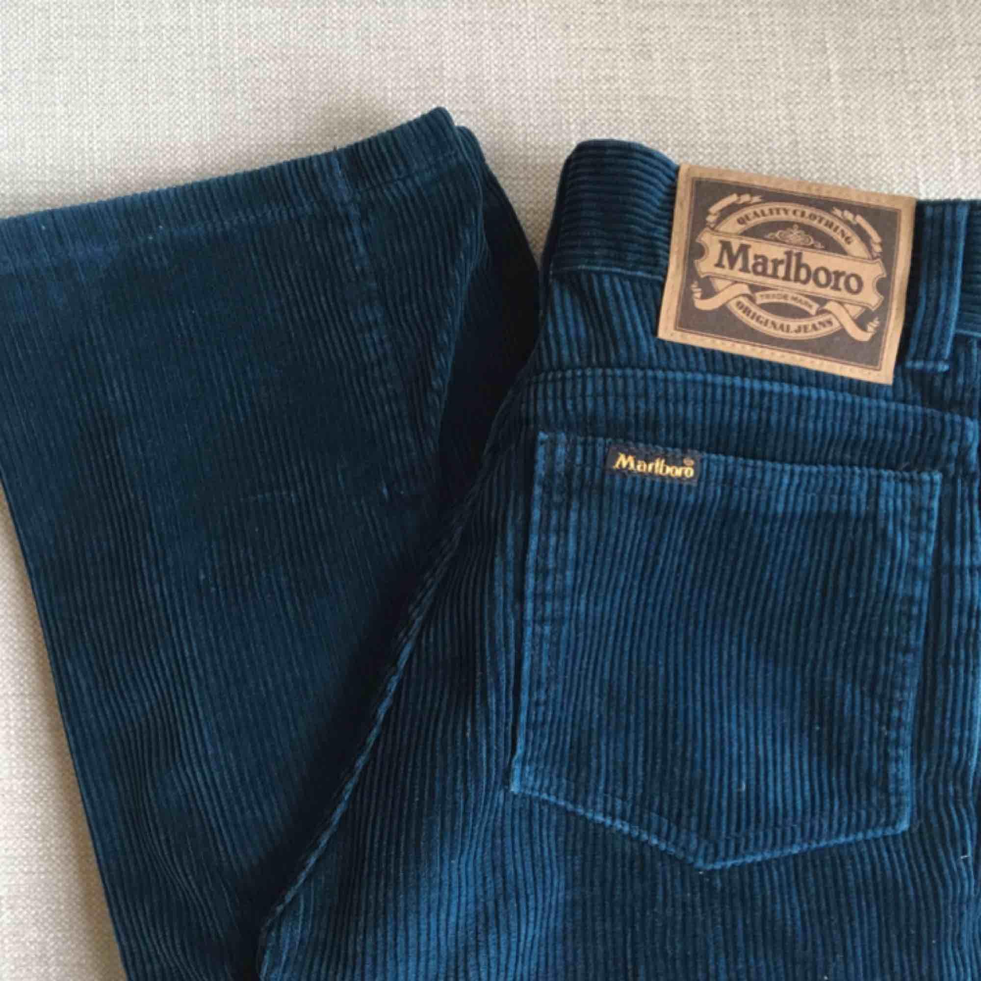 Sällsynta Marlboro jeans i Manchester i färgen mörk blå/grön! Knappt använda! Passar en strl W24 (XXS-XS) . Jeans & Byxor.