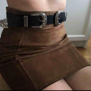 Double buckle-bälte från monki  Går ej att fästa i hakar så man får ha det utanpå, alternativt i midjan på en snygg stickad tröja!