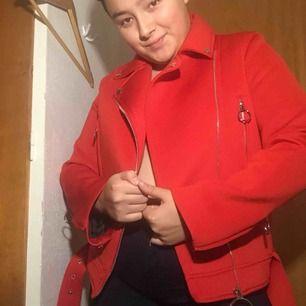 En röd jacka i syntetmaterial! Skitsnygg🥵🥵passar på mig som vanligtvis har L men svår att stänga. Passar nog S-M lite bättre men beror helt på passformen en vill ha