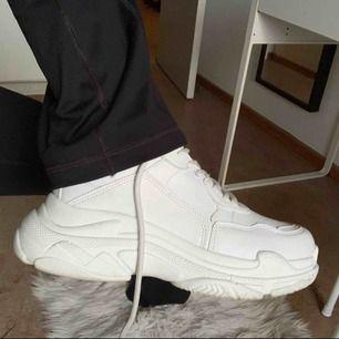 Chunky sneakers från Nelly. Nypris är 399 kr. Använt fåtal gånger då de inte rikligt är min stil. Super sköna o lätta på. Storlek 38. Frakt tillkommer. 🥰🥰