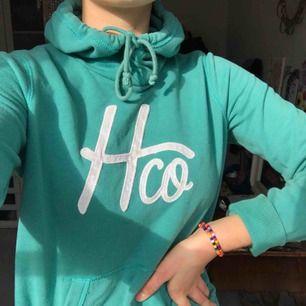 En jätteskön hoodie från Hollister 💚💙 väldigt fin färg och supermysigt mjukt material! Fint skick, kan mötas upp i Malmö eller så står köparen för frakten!