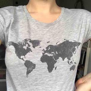 En grå T-shirt från bikbok med ett fint tryck på bröstet 🌍🌈 fint skick! Kan mötas upp i Malmö eller så står köparen för frakt!