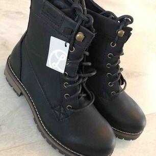 Helt nya Linear varmfodrade kängor inköpta på Din sko.  Storlek 38. Nypris 599:-