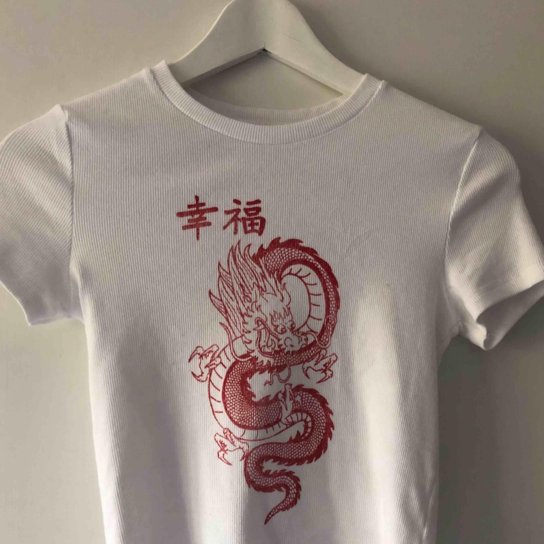 Cool T-shirt från bershka, helt ny men får ingen användning för den, frakten ingår inte, tar swish! 💫💫💫. T-shirts.