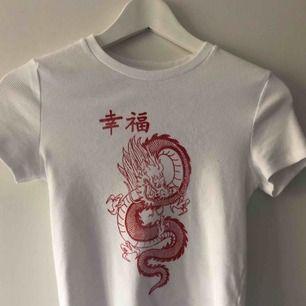 Cool T-shirt från bershka, helt ny men får ingen användning för den, frakten ingår inte, tar swish! 💫💫💫
