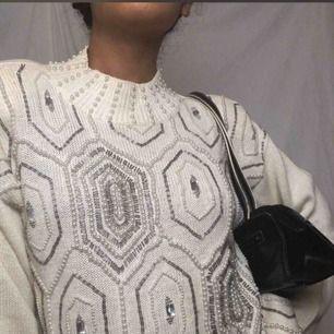 Vintage Retro vit tröja med pärldekoration Perfekt nu till hösten och vintern. Size M (men uppskattar att den passar både S-L)