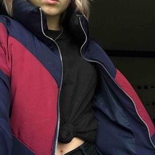 En blå/röd dunjacka från hm i storlek S, Använd en vinter